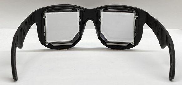 De bril heeft 'holografische' lenzen, waardoor er minder afstand tussen de lichtbron en de lens moet zitten.