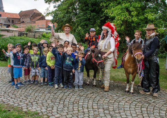 De jongste kindjes van 'Jeugd, sport en spel' genoten  van een ritje op de pony. Schepen Hilde Vautmans kwam voor de gelegenheid verkleed meespelen.