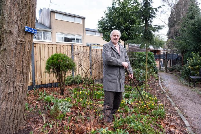 De 96-jarige Leusdenaar Piet van Delden in zijn eigen hof. De bloembollen redde hij uit de openbare groenbak aan de overkant.