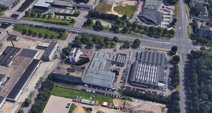 De Hugo van der Goeslaan in Eindhoven, met  rechts de Geldropseweg en in het midden het terrein waar Bakkers|Hommen  een appartementencomplex wil laten bouwen. Het pand met grijs plat dak herbergt nu een kringloopwinkel en een autowasserette. Links ernaast staat het Koelhuis aan de Dirk Boutslaan dat omgebouwd wordt tot kantoren. Uiterst links het Campina-terrein aan het Eindhovensch Kanaal.