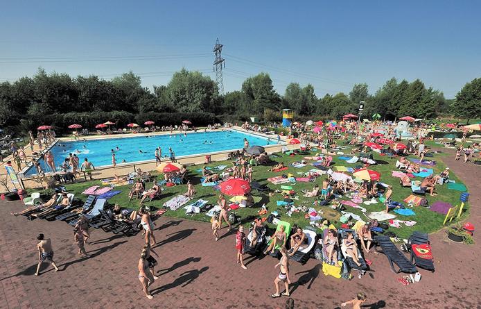Drukte in zwembad De Stok in Roosendaal Foto Peter van Trijen - Pix4Profs