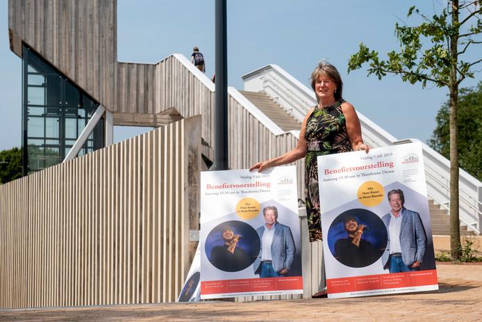 Bea Lanting met posters van de benefietvoorstelling.
