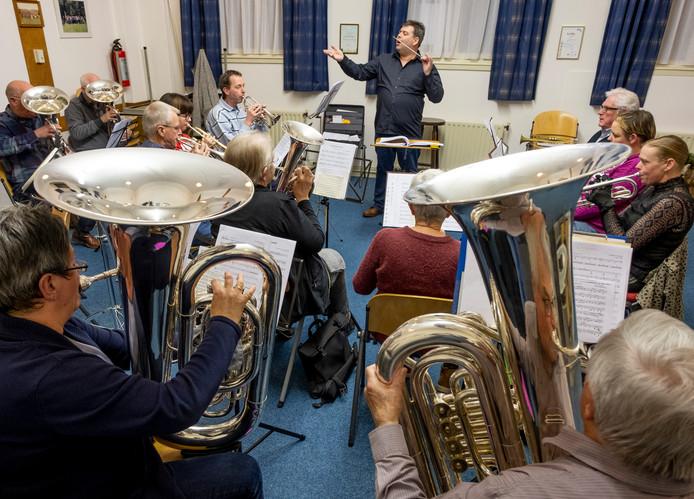 De repetitie van ONDA Brass in eigen clubgebouw De Vijf Klavers werd donderdagavond weer druk bezocht. Staand in het midden dirigent Bart Borgt.