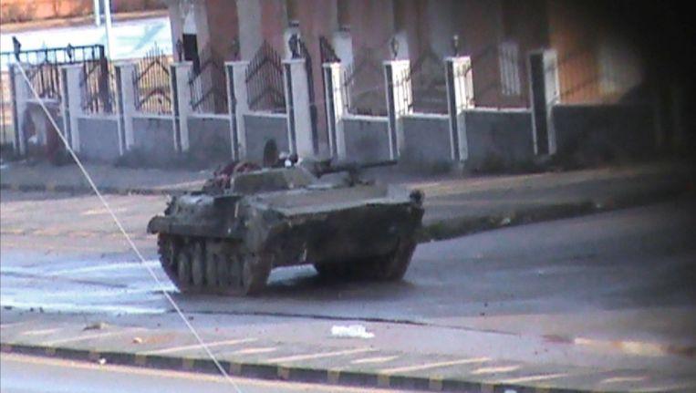 Een tank van het Syrische leger in de stad Homs. Beeld afp