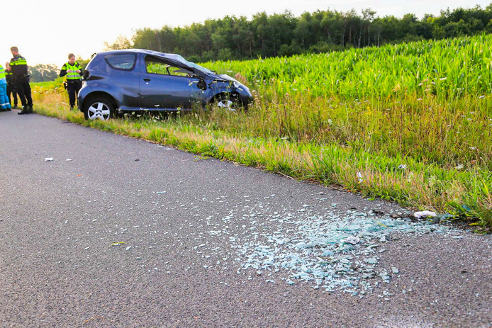 Een automobiliste sloeg zaterdagmorgen enkele keren over de kop voordat haar auto in de berm tot stilstand kwam.