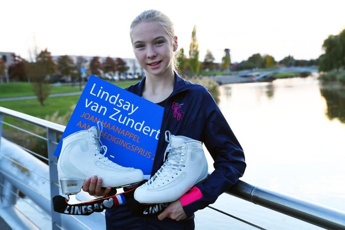 Lindsay van Zundert trots met haar Joan Haanappel plaquette.
