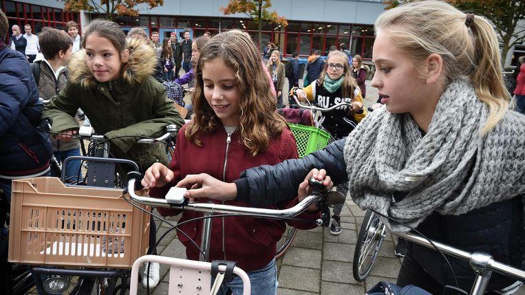 Leerlingen van het ds Pierson College testen als eerste de nieuwe fietsbel. Beeld null