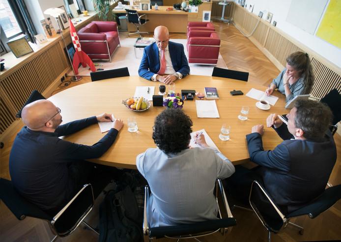 Minister Grapperhaus wordt geinterviewd door leden van de onderzoeksredactie. Behalve de minister en zijn voorlichter (rechts op de foto) zie je van links naar rechts (op de rug gezien) Thomas Muntz van onderzoeksplatform Investico, Wout van Arensbergen (ED) en Hessel de Ree (BN De Stem). Foto Frank Jansen