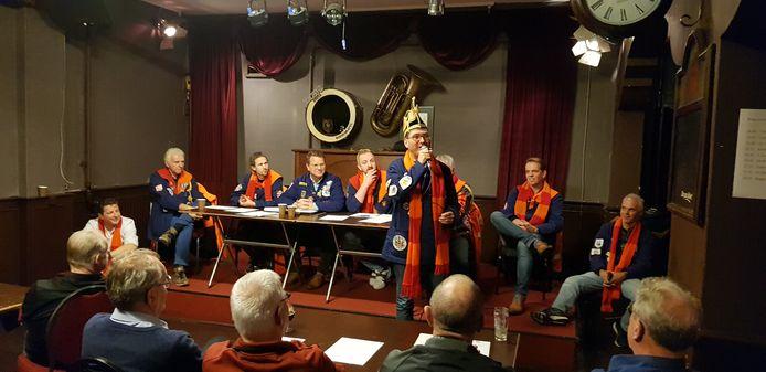 Beeld van de vergadering over de carnavalsoptocht in het Kielegat.