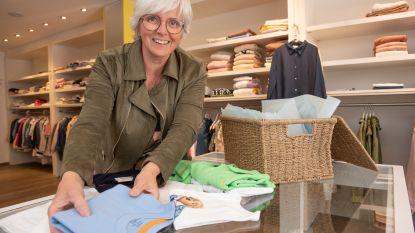 """Vera van Kinderkorf Oudenaarde laat klanten kiezen uit mandje kinderkleding dat ze aan huis brengt: """"Zo krijgen ze toch nog het persoonlijke advies zoals in de winkel"""""""