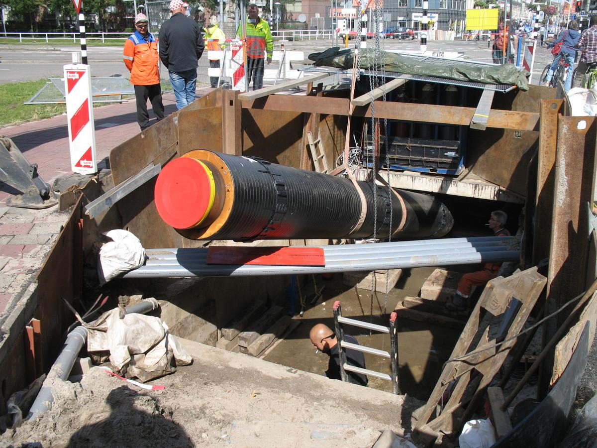 Werk aan de stadsverwarming op het Westplein. Utrecht is een stadsbreed onderzoek begonnen naar stadsverwarming.