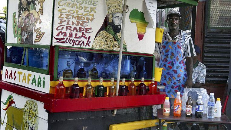 Een van de vele kleurrijke kraampjes in Paramaribo waar schaafijs wordt verkocht. Beeld Iñaki Oñorbe Genovesi