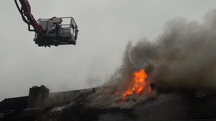Vlammen slaan uit het dak bij brand in Kaatsheuvel.
