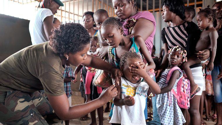 In Luanda worden kinderen ingeënt tegen gele koorts.