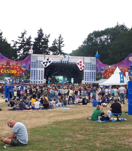 Vriendengroepen relaxen op Fields of Joy: 'Het is gemoedelijk en de sfeer is goed'