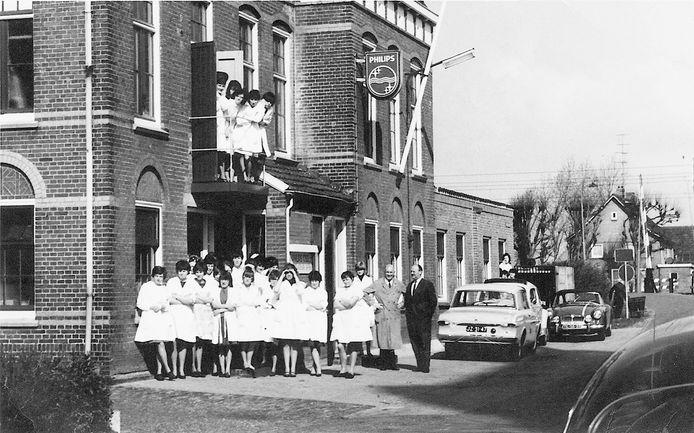 Medewerksters van het montage-atelier van Philips in Geffen poseren voor het pand aan de Kerkstraat in 1965.