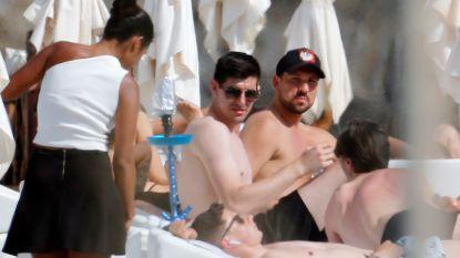 Al even uitblazen op Ibiza: Thibaut Courtois geniet met vrienden van vroege vakantie