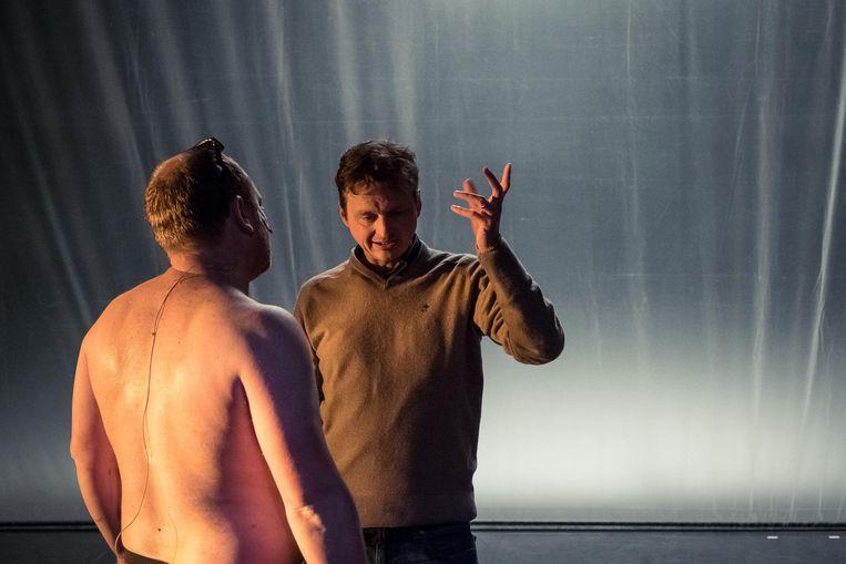 Bruno Vanden Broecke (links) en regisseur Michael De Cock. Beeld Danny Willems