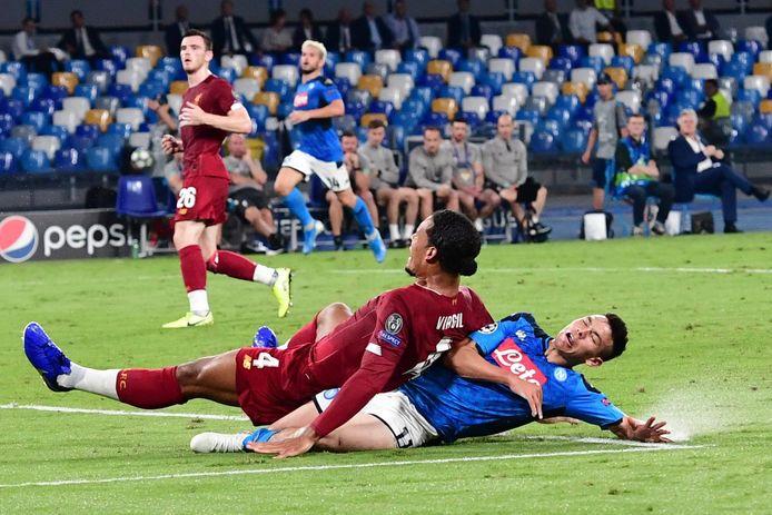 Virgil van Dijk in duel met voormalig PSV'er Hirving 'Chucky' Lozano.