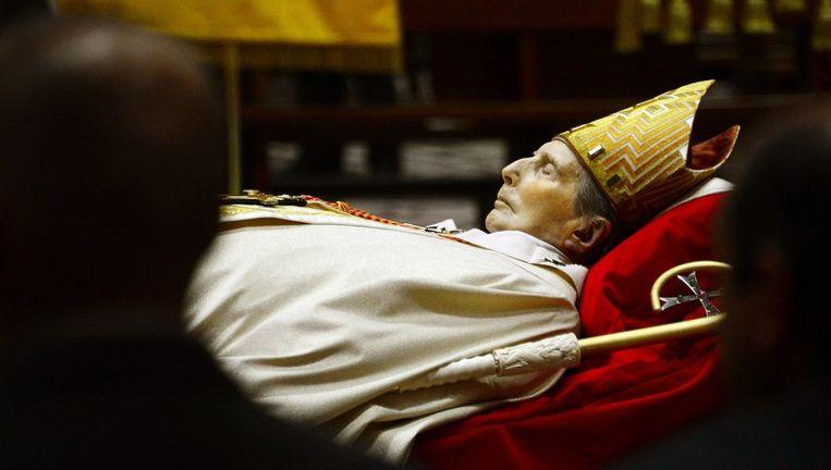 Het opgebaarde lijk van kardinaal Carlo Maria Martini in de Dom van Milaan. Beeld afp