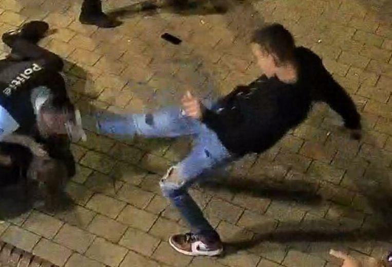 Op de beelden is te zien hoe de jongeman schopt richting een politieman in de buurt van het Alfred Verweeplein in Knokke.