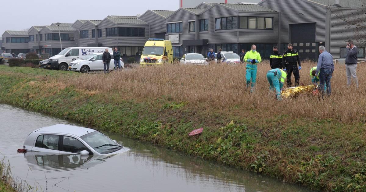 Bestuurder belandt in sloot bij ongeluk in Waalwijk.