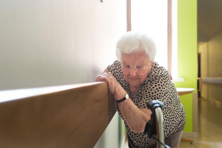 Julia Van Hool doet dagelijks turnoefeningen in de gang van het woonzorgcentrum.