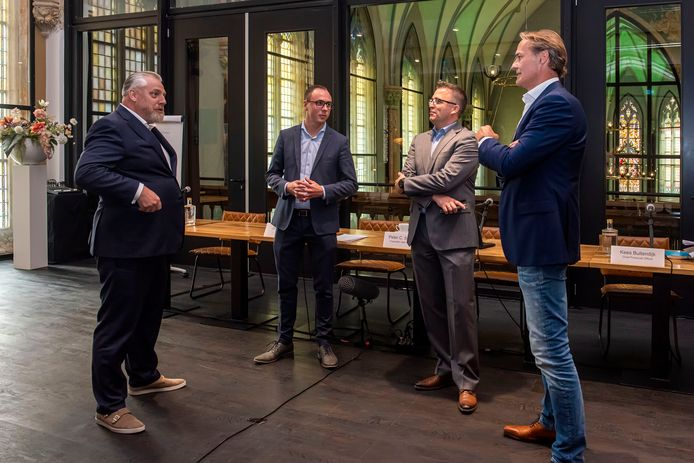 V.l.n.r. Peter Schouten, Joep van Meel, Pascal van Oers en Kees Buitendijk van Project C geven tijdens een persconferentie in Hotel Nassau in Breda tekst en uitleg over hun vorderingen wat betreft gereguleerde productie van cannabis.