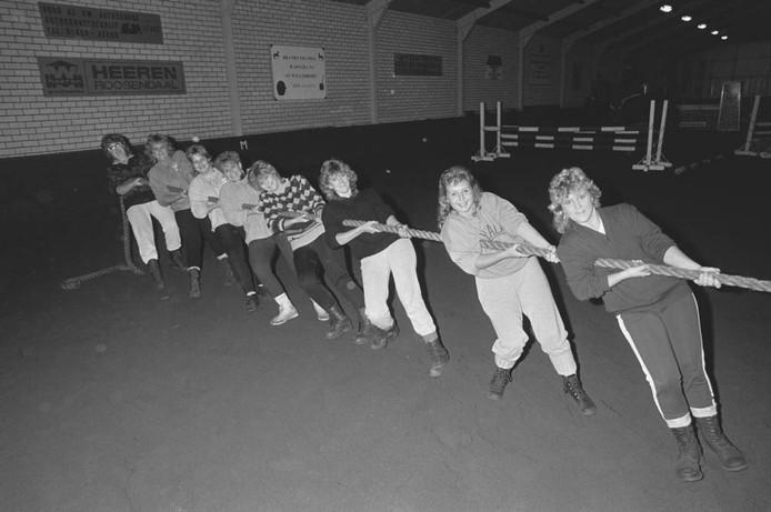 Deze acht vrolijke dames vormden in 1986 een touwtrekteam. Ze oefenden in een grote loods in de regio waar ook hindernissen voor paarden stonden. Weet u meer? We kijken uit naar uw reacties.