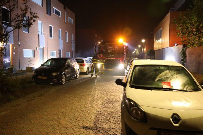 Geparkeerde auto's in de Villa Dotterbloem blokkeerden de weg voor de brandweer. De wagens werden voorzien van een rode kaart.