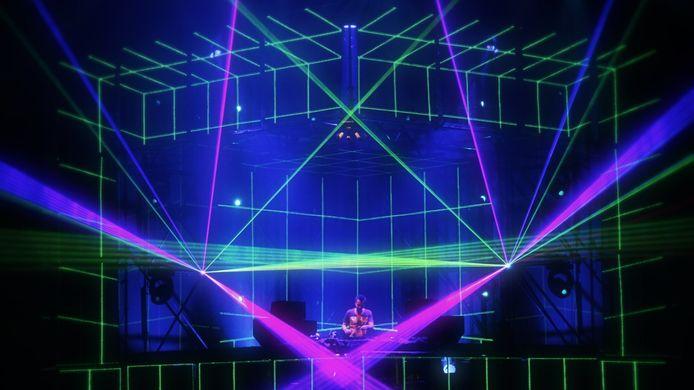 De Eindhovense top-dj Sander van Doorn tijdens een feest van Godskitchen in 2011 in Kiev. Podium, licht en led-schermen zijn gefuseerd in een door 250K ontworpen 'dj-kubus', met visuals van Eyesupply.