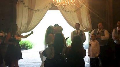Alles voor dat perfecte plaatje: huwelijksfotografe deelt 'elleboogje' uit aan opdringerige stiefmoeder