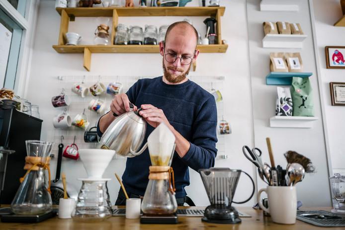 Olivier Vos zet koffie in de speciale filterkoffie-hoek van koffietent Koffie Leute in Utrecht. ,,Bij filterkoffie zie je wat er gebeurt'', zegt eigenaar Martijn Engels.