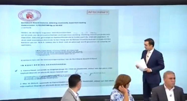 Dagvaarding van de school, getoond op de Turkse televisie. 'Een school gerund door de Fethullahistische Terreurorganisatie', zegt de presentator. Beeld .