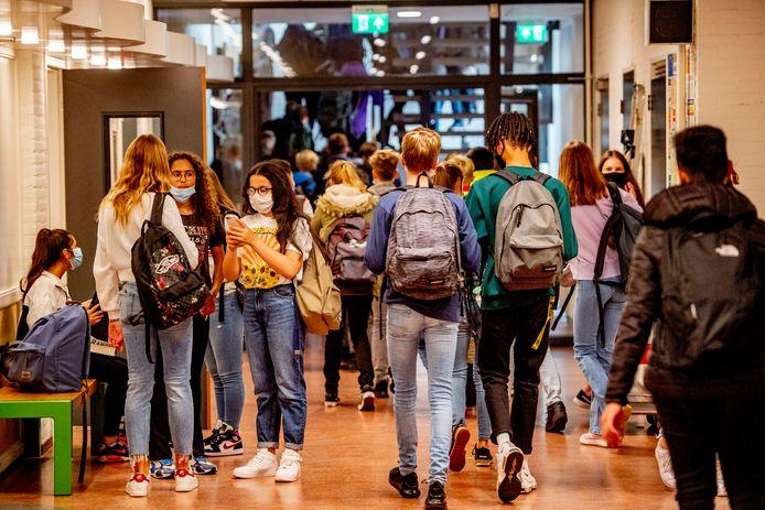 Leerlingen van het Farel College in Amersfoort zijn verplicht om in de gangen van de school een mondkapjes te dragen school onderwijs jongeren.