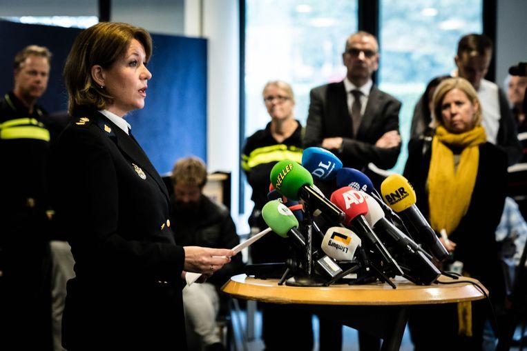 Politiechef Ingrid Schafer Poels geeft op politiebureau Maastricht een toelichting aan de pers over de aanhouding van Jos B.  Beeld ANP