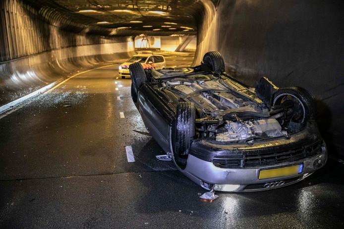 Een automobilist is in de nacht van zaterdag op zondag in de Willemstunnel in Arnhem uit de bocht gevlogen.