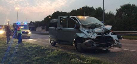 Busje knalt achterop vrachtwagen op A59, twee inzittenden gewond
