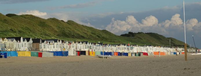 Het strand in Dishoek. De raad Veere blokkeert de mogelijkheid dat er nog meer strandslaaphuisjes bij komen.