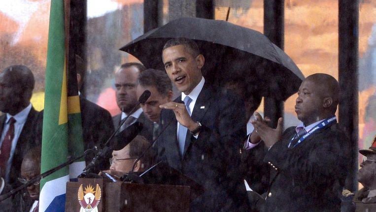 De 'neppe' doventolk naast Barak Obama tijdens zijn speech bij de Mandela-dienst. Beeld afp