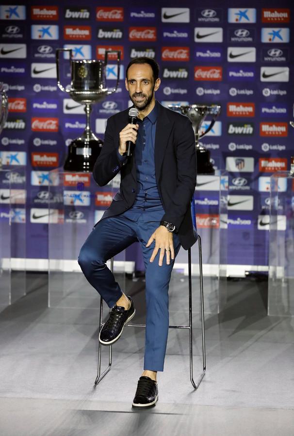 Juanfran maakt zijn vertrek bekend tijdens een persconferentie.