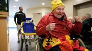 Rusthuispersoneel rijdt superfan Georges (81) in rolstoelfiets naar Heizel
