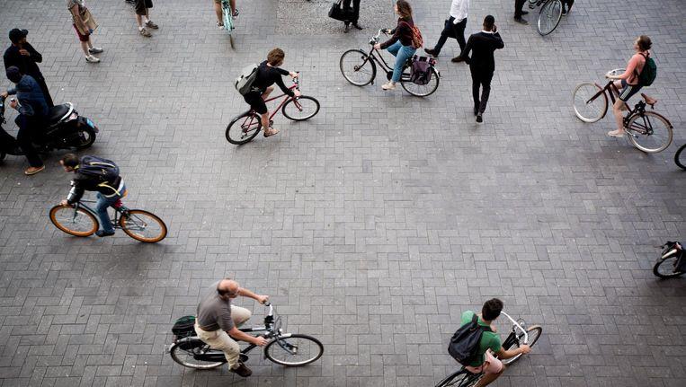 De regelvrije zone achter Amsterdam Centraal tijdens de spits. Beeld Freek van den Bergh / de Volkskrant