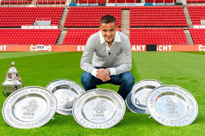 Ibrahim Afellay poseert met de prijzen die hij bij PSV won.