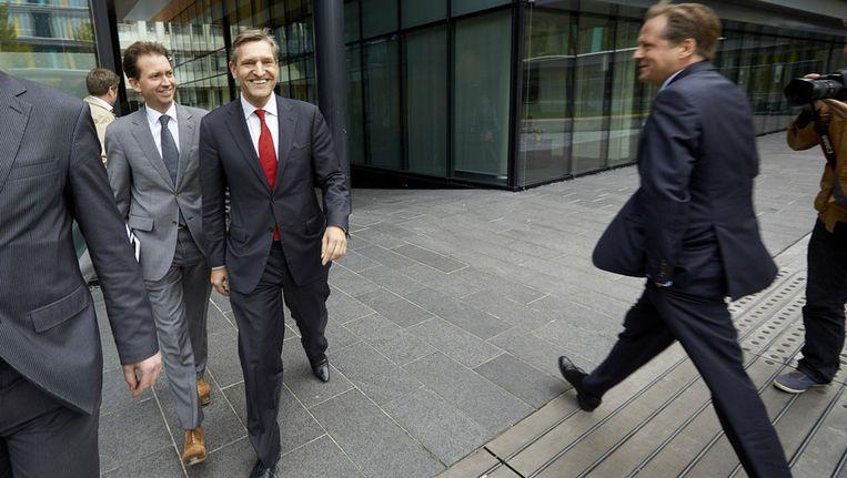 CDA-leider Sybrand Buma Haersma (2e L) en CDA-Kamerlid Eddie van Hijum (L) arriveren bij het ministerie van Financien. Minister van Financien Jeroen Dijsselbloem spreekt de oppositiepartijen afzonderlijk om hun steun proberen te verwerven voor de rijksbegroting van volgend jaar. D66-leider Alexander Pechtold (R) verlaat het ministerie. Beeld anp