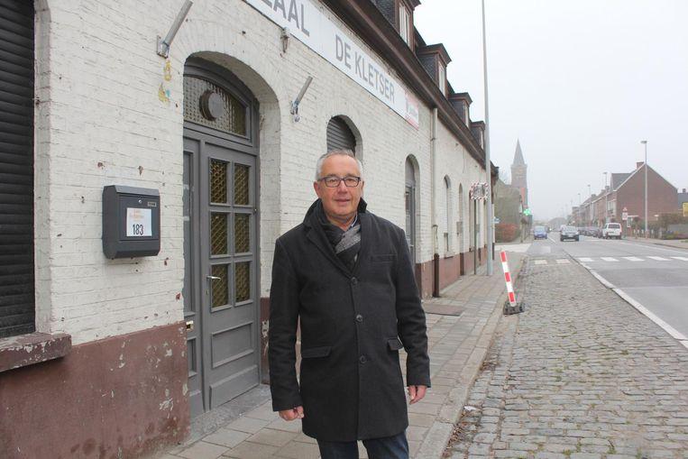 Ronny De Wolf bij café De Kletser, dat net voor Nieuwjaar de deuren sloot.