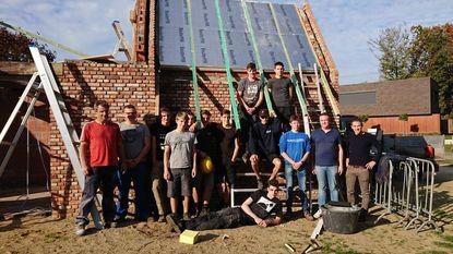 Leerlingen TISP bouwen dak van bakhuisje aan molen