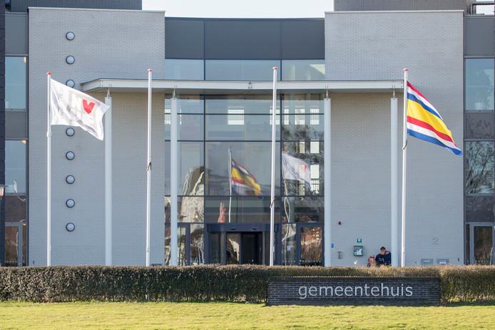 Vlag van NVVE wappert voor gemeentehuis Tholen.