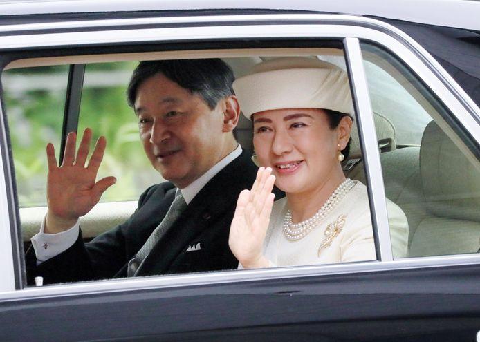 Japans nieuwe keizer Naruhito en keizerin Masako zwaaien naar het publiek.