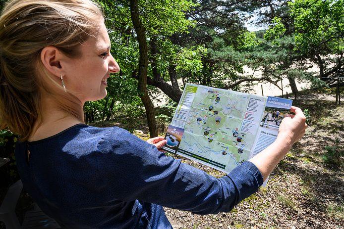 Met de overhandiging van de eerste folder in Bungalowpark 't Eeekhoornnest op woensdagmorgen, gaf wethouder Van Aalst officieel het startsein van de campagne.